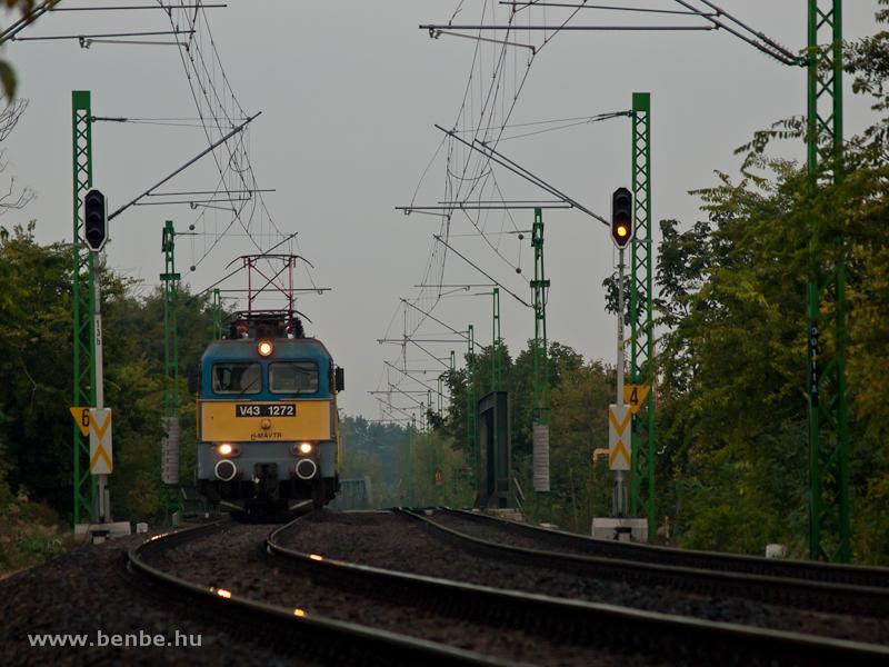 A V43 1272-es egy Kunszentmiklós-Tass – KÖKI személyvonattal Ferencváros után fotó