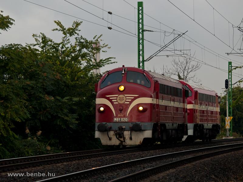 Az M61 020 és az M61 001 a Ferencváros és KÖKI közötti összekötő vasútvonalon fotó