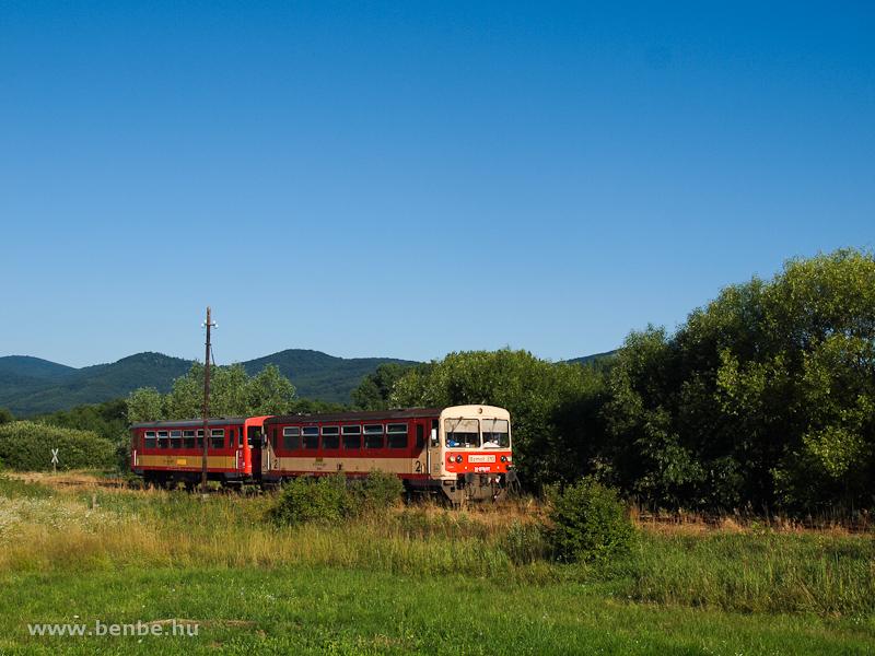A Bzmot 310 Diósjenő és Borsosberény között, a háttérben a Magas-Börzsönnyel fotó