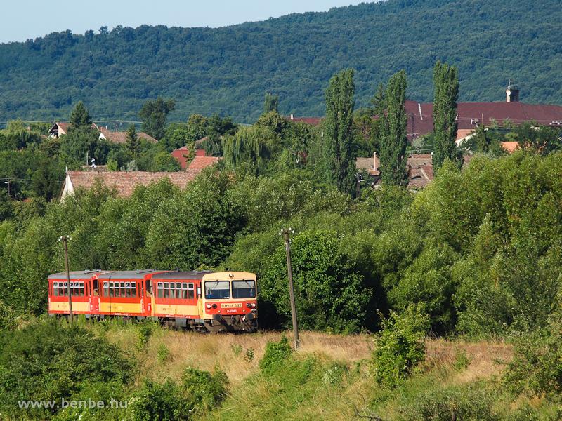 A Bzmot 342 Diósjenő és Borsosberény között, a háttérben a Magas-Börzsönnyel fotó