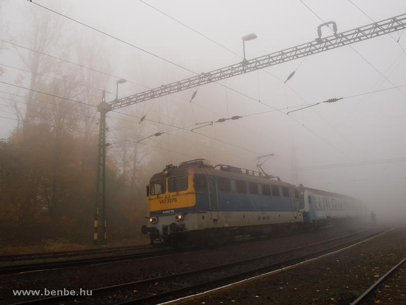 V43 3278 a ködös Szentgál ívében a haszontalan vezérlőkocsijával fotó