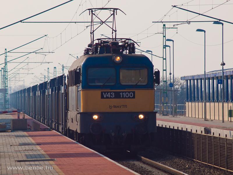 V43 1100 egy üres autószállító vonattal az új Dinnyés megállóhelyen fotó