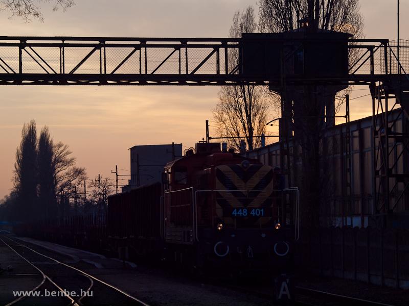 A 448 401-es Bobó (ex M44 401) tolat a naplementében Kispest állomáson fotó