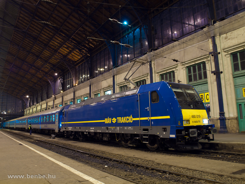 A 480 019-es TRAXX a Nyugati pályaudvar csarnokában éjszaka fotó