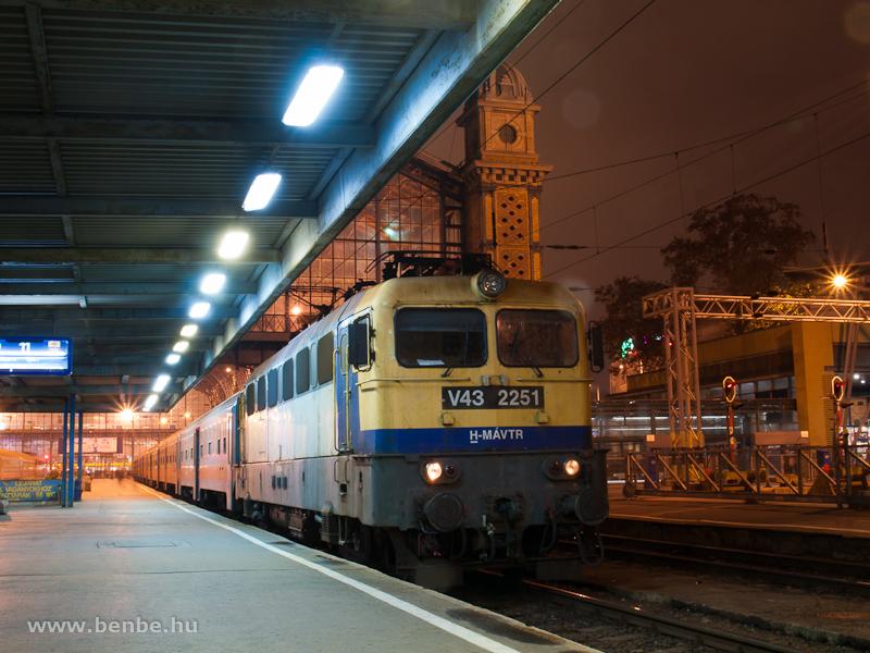 A V43 2251-es a Nyugati pályaudvaron fotó