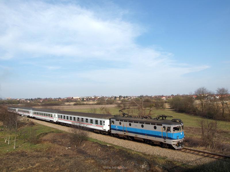 A Horvát Vasutak (HŽ) 1141 001 pályaszámú mozdonya Kapronca (Koprivnica) állomásnál fotó