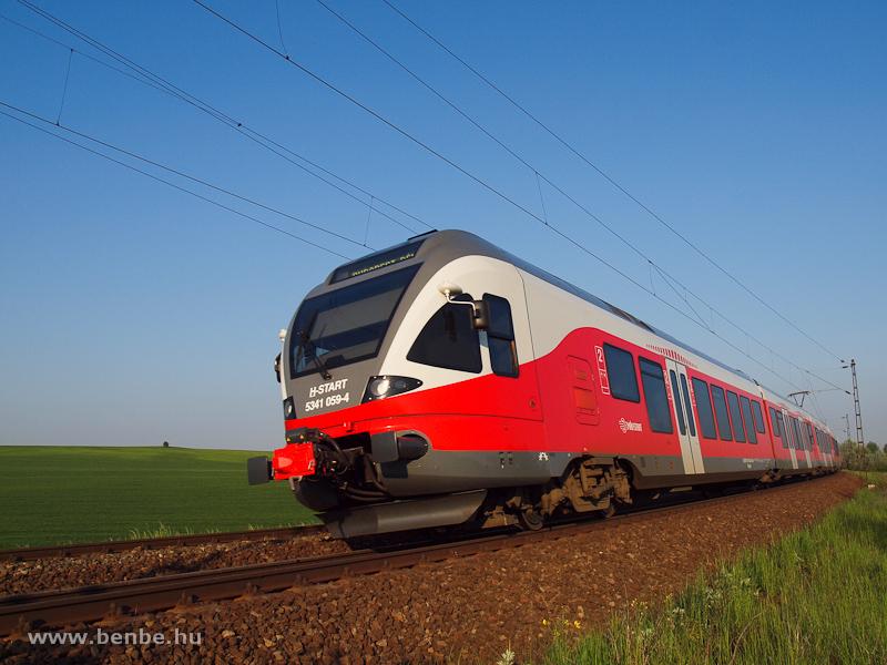 Az 5341 059-4 pályaszámú FLIRT a helytelen vágányon Budapest felé halad Biatorbágynál fotó