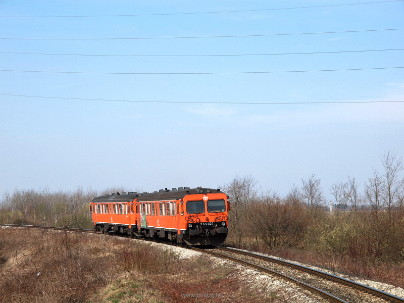A Horvát Vasutak (HŽ) 7 122 024 pályaszámú, a svéd vasutaktól vásárolt FIAT-motorkocsija egy társával párban Kapronca (Koprivnica) és Varazsd (Varazdin) között fotó