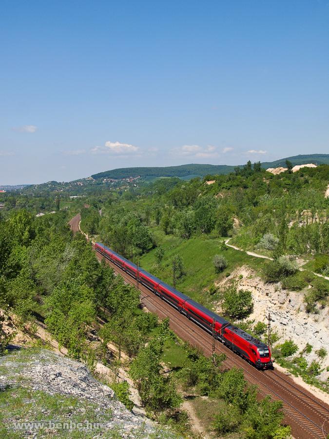 railjet  a Szárliget és Alsógalla közötti bevágásban Hegyeshalom felé menet fotó