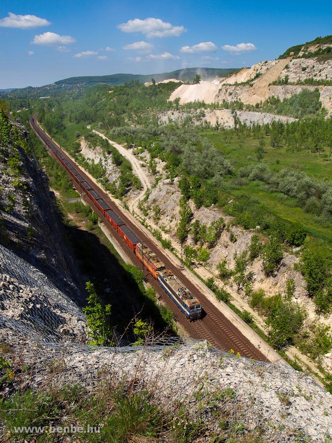 Egy szlovák Ász (ŽSSKC 363 sorozat) és Laminátka (ŽSSKC 240 sorozat) által vontatott tehervonat Alsógalla és Szárliget között fotó