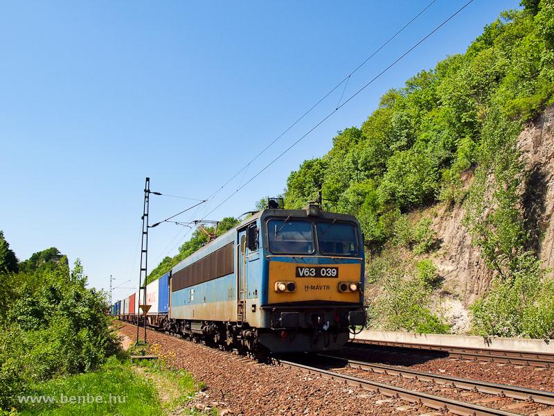 V63 039 egy tehervonattal Alsógalla és Szárliget között fotó
