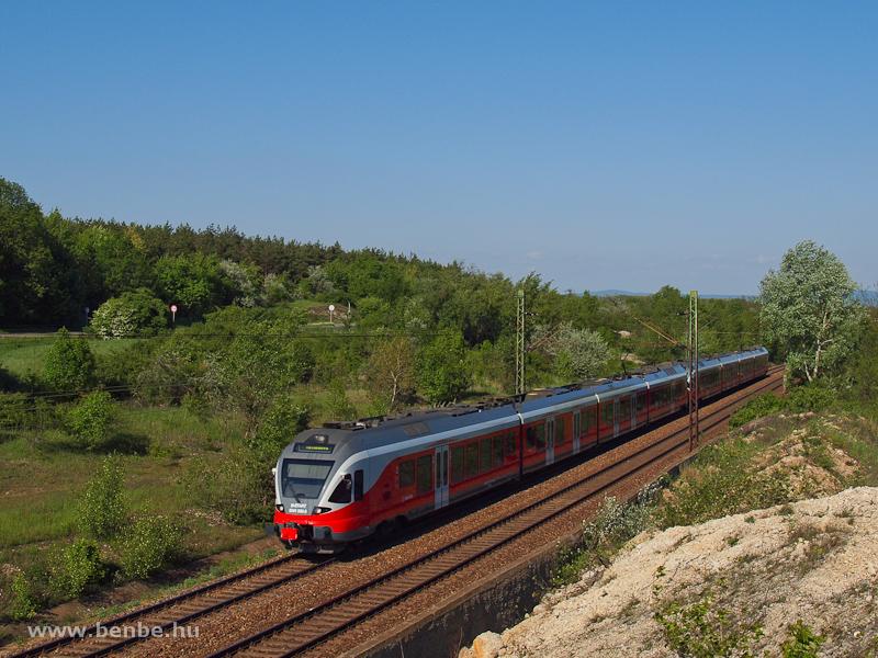 A MÁV-START 5341 060-2 pályaszámú FLIRT-je Bicske és Szár között a bevágás elejénél fotó