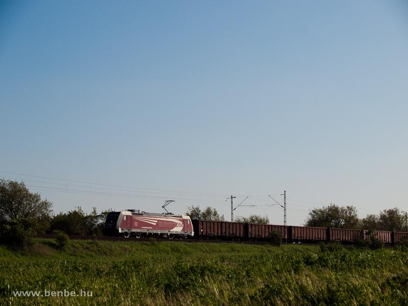 Az Eurocom 481 001-0 Bicske �s Herceghalom k�z�tt egy tehervonattal fot�