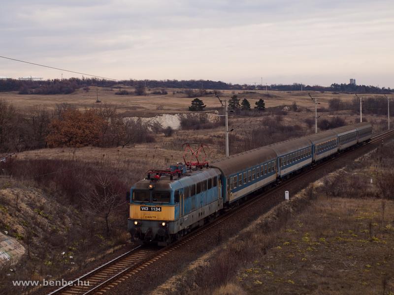 A MÁV-TR V43 1134-es egy gyorsvonattal Pétfürdő és Öskü között a Bakonyban – a kép nem csak a régi pályaszám miatt archív értékű már, hiszen a 20-as vonalon, az ívek és emelkedők miatt ma már főleg Teknők és Kéktéglák közlekednek fotó
