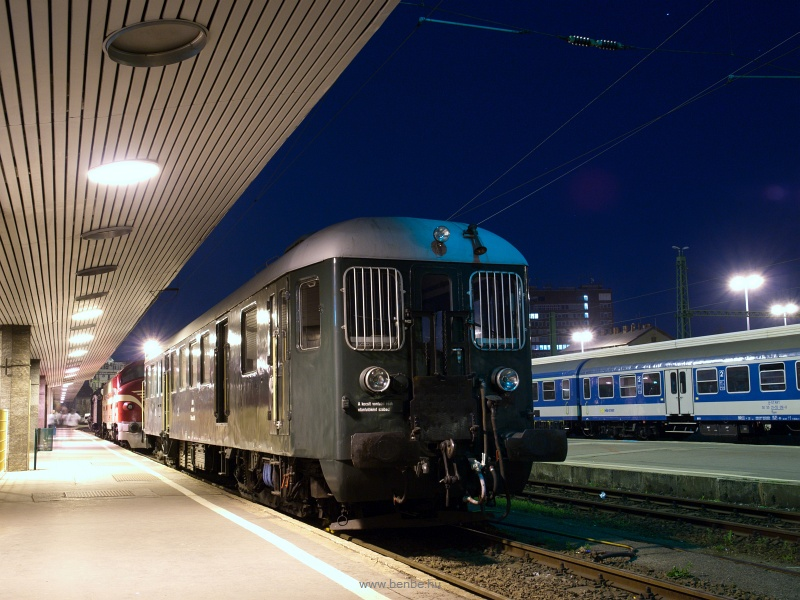 The Bbmot 640 is seen at Budapest-Déli in the blue hour photo