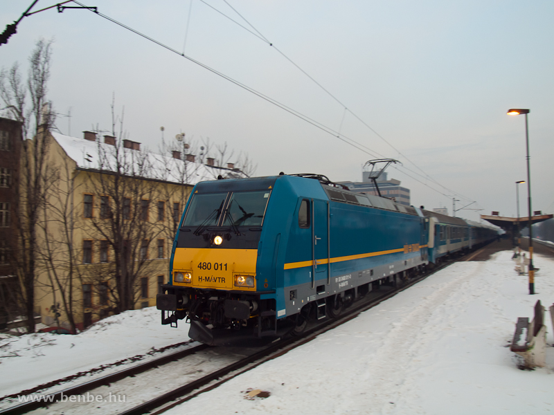 A 480 011-es TRAXX/Kktgla Kr-IC-vel Zuglban (svenkelt kp) fot
