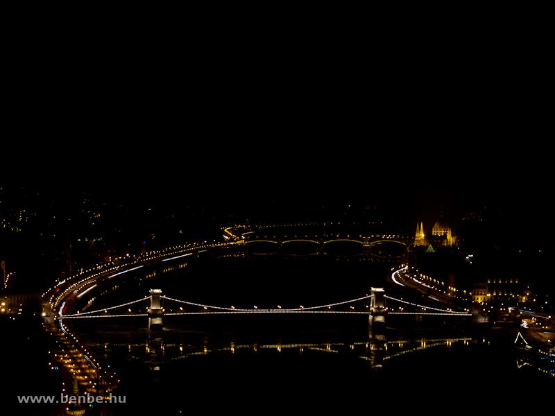 A Duna éjszaka a díszkivilágításban fürdő Lánchíddal és Margit-híddal fotó