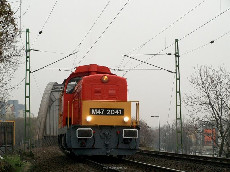 A MÁV M47 2041 útban Zalaegerszeg felé a budapesti Bartók Béla út fölötti felüljárónál fotó