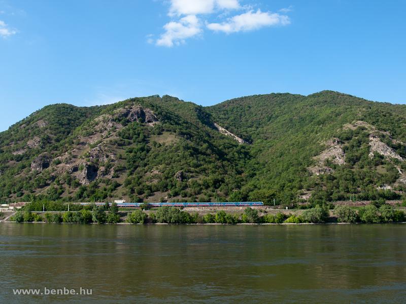Zónázó vonat csíkos ingával a Dunakanyarban fotó