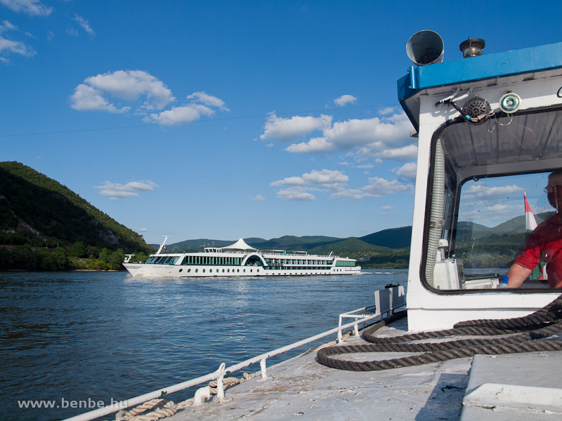 A kishajó megvárja az Amadeus Rhapsody szállodahajó elhaladását fotó
