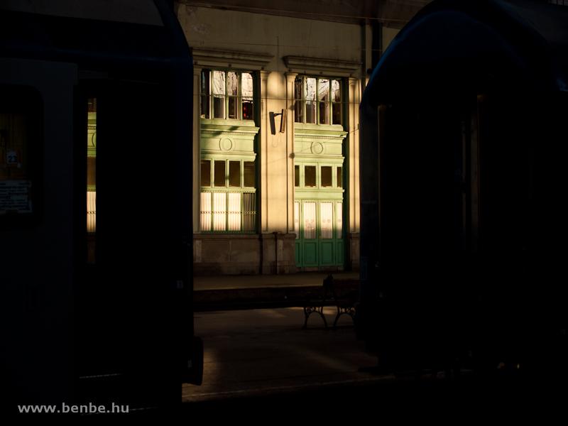 A Nyugati pályaudvar a napnyugtában fotó