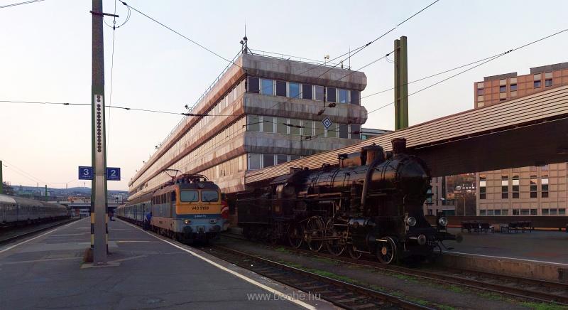 A MÁV Nosztalgia kft. 328,054 pályaszámú gőzmozdonya és a MÁV-TR V43 3159-es Cirmosa a Déli pályaudvaron (Panorámafotó) fotó
