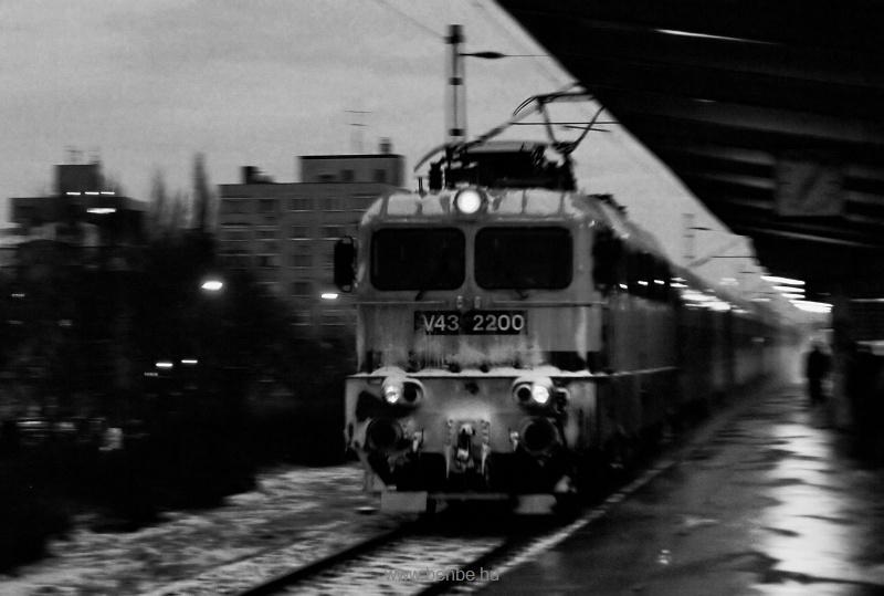 A MÁV-TR V43 2200 érkezik hajnalban Zugló megállóhelyre (svenkelt, fekete-fehér felvétel) fotó