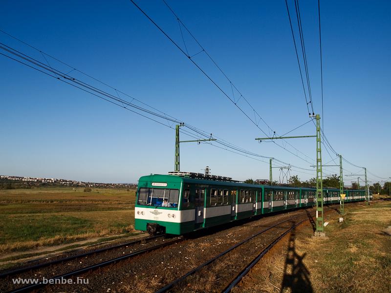 Az 1131-es MX/A sorozatú HÉV Pannóniatelep és Pomáz között, a háttérben Szentendrével fotó