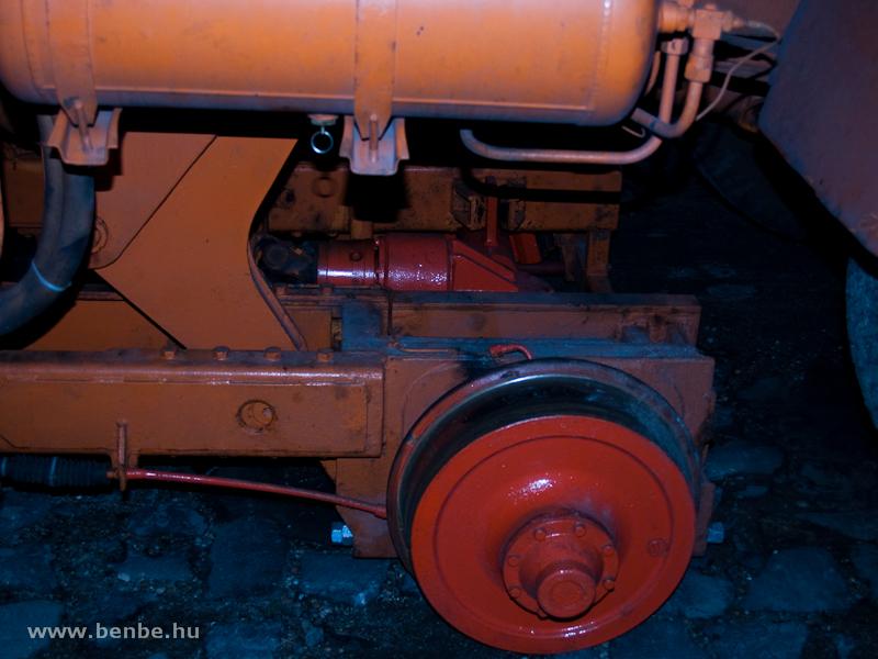 Ennek a kocsinak egyedi módon nem a gumikerekei adják a vonóerőt, hanem a vasúti futóváz egyik tengelyét hajtja meg a motor kardánhajtással fotó