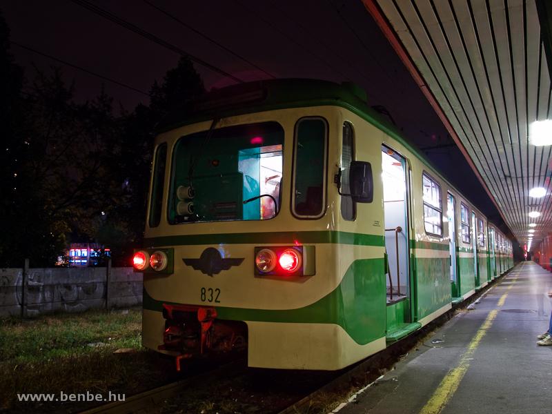 A 832-es MIX/A motorkocsi Békásmegyer-Pünkösdfürdő állomáson fotó