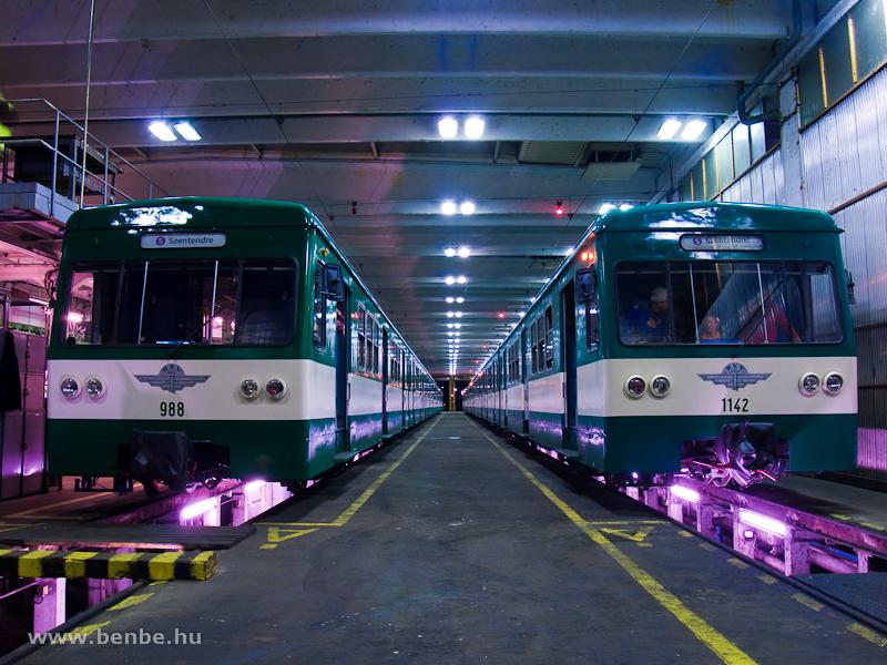 A 988-as és az 1142-es MX/A motorkocsik a szentendrei kocsiszínben fotó