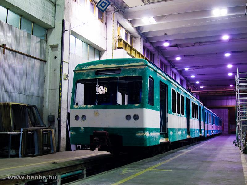 Felújítás alatt álló MX/A Szentendrén – a kocsi azért magasabb a többinél, mert vendégforgóvázakon áll fotó