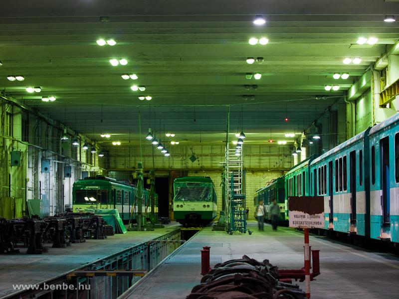 MX/A motorvonatok a szentendrei műhelyben – az északi fele viszont villamosított, kisebb javítások történhetnek itt, illetve itt adják ki és próbálják le a kész kocsikat fotó