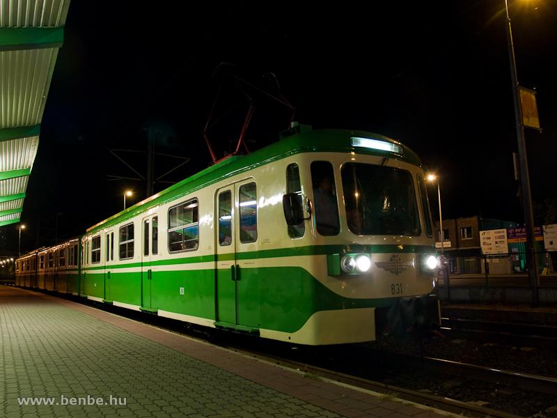 Az MIX/A 831-es retró fényezésű HÉV motorvonat éjszaka Kaszásdűlő megállóhelyen (Aquincum elágazás állomáson belül) a Szentendrei Éjszakai Kalandtúra végén fotó