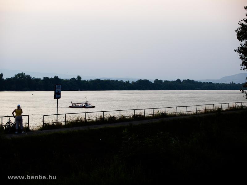 Átkelőhajó Felsőgödön, a háttérben a Szentendrei-sziget fotó
