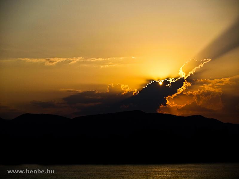 Napnyugta a Visegrádi-hegység fölött fotó