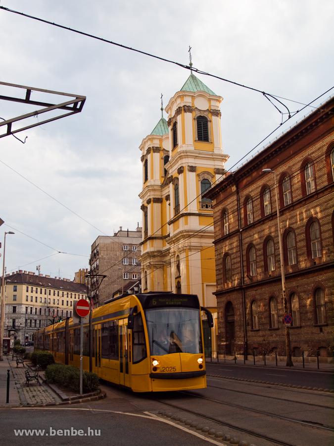 A BKV 2025 pályaszámú Combino villamosa a Margit körúton, az Országúti Ferences Plébániánál fotó