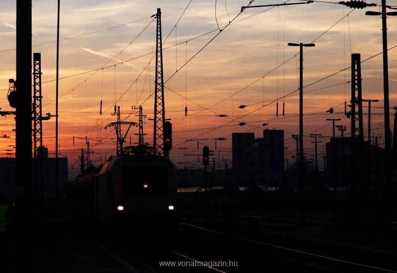A MÁV-TR 1047 010-2 (tervezett új száma szerint 91 55 0470 010-2) Taurus Budapest-Keleti pályaudvaron a Nagykáta-Budapest hajnali személyvonattal fotó