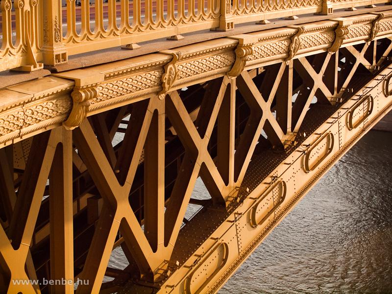 A Margit-híd kiegészített, aranysárgára festett hídszerkezete fotó
