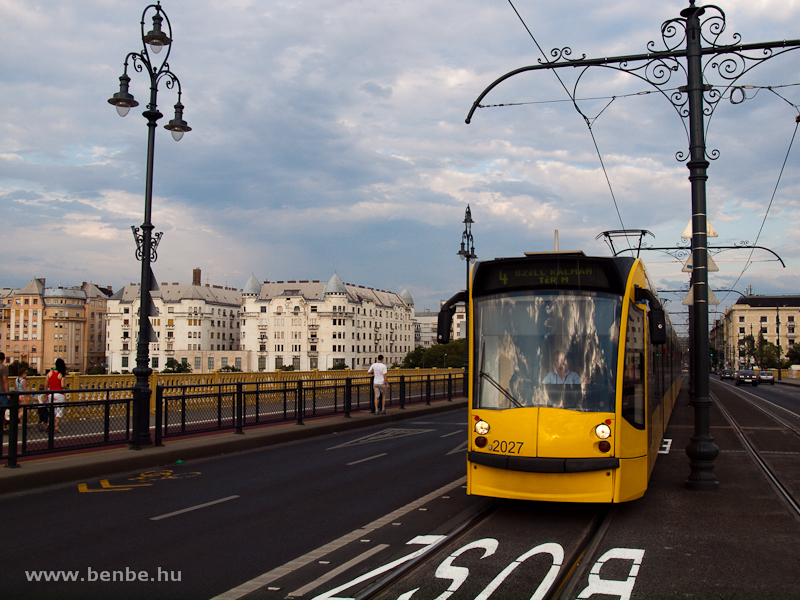 A 2027-es Combino a felújított buszsávon fotó