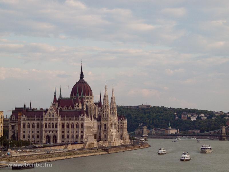 Csúcsforgalom a Dunán a Parlamentnél fotó