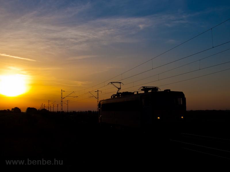A 630 045 pályaszámú Gigant (ex V63 045) Hort-Csány és Hatvan között a napkelte fényeinél fotó