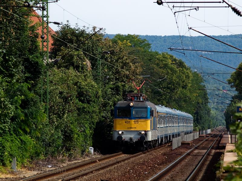 A 431 123 pályaszámú Szili (ex V43 1123) Nagymaros-Visegrád megállóhelyen egy Bmx-kocsikból álló zónázó vonattal fotó