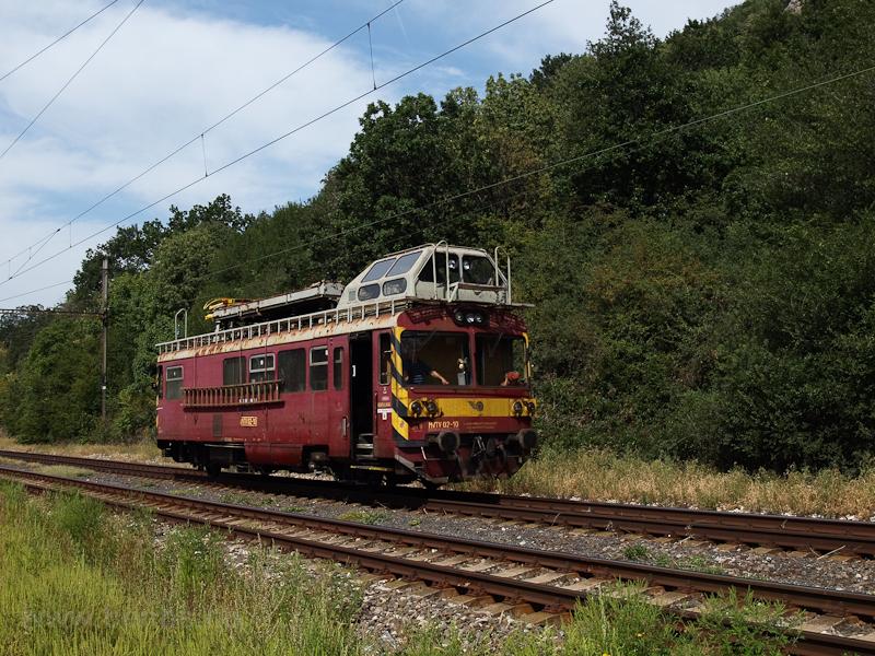 A ŽSR MVTV 02-10 pályaszámú felsővezeték-vizsgáló motorkocsija a volt Garamkövesd állomáson (Kamenica nad Hrnom, Szlovákia) fotó