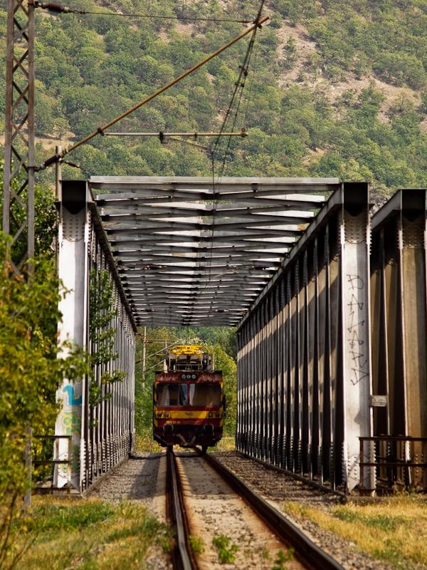 A ŽSR MVTV 02-10 pályaszámú felsővezeték-vizsgáló motorkocsija a volt Garamkövesd állomás (Kamenica nad Hrnom, Szlovákia) és Párkány-Nána között a Garam hídjánál fotó