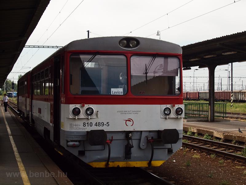 A Lévára (Levice, Szlovákia) tartó 810 489-5 pályaszámú motorkocsi Párkány-Nána állomáson (Štúrovo, Szlovákia) fotó