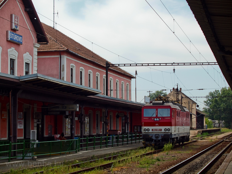 Az érkező nemzetközi vonatra vár a 362 005-1 pályaszámú Ász Párkányban fotó