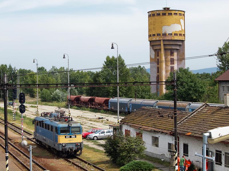 A MÁV-TR 431 083 a másik irányba közlekedő vonatra vár fotó