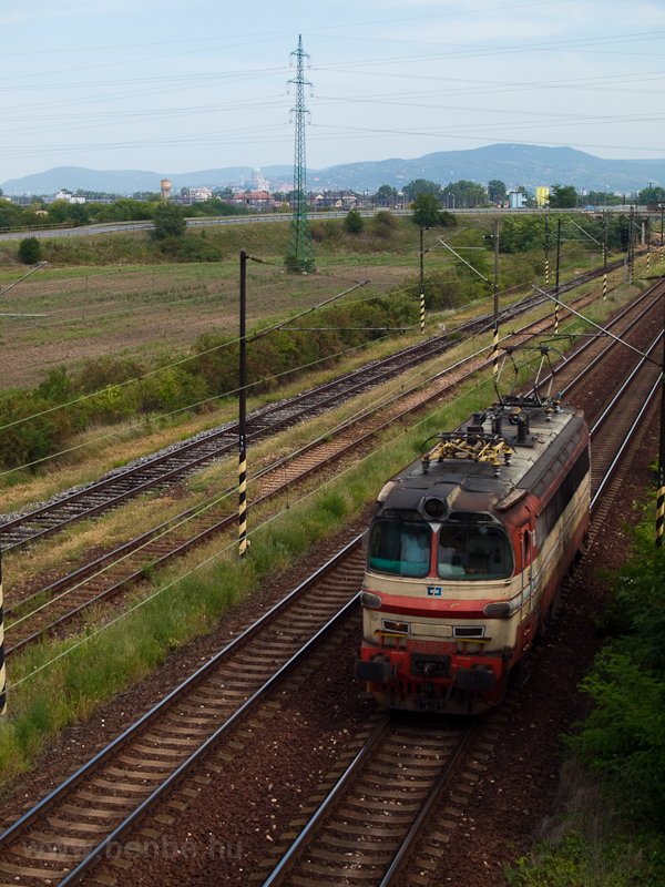 A ČD Cargo 230 082-0 pályaszámú Laminátkája tolatgat előre-hátra értelem nélkül Párkányban fotó