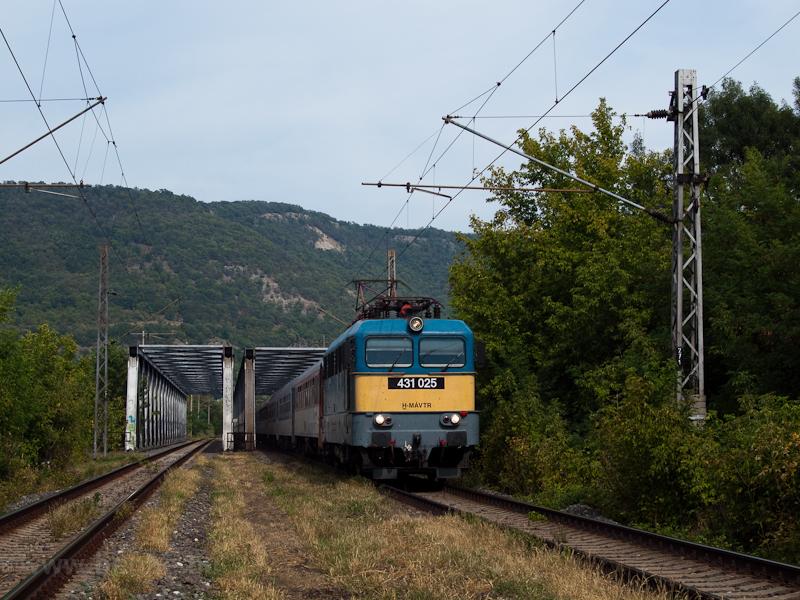 A MÁV-TR 431 025 a Jaroslav Hašek EC-vel a garamkövesdi Garam-hídon fotó
